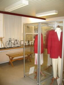 Et kig ind i Horsens Idrætsarkivs Hall of Fame med Ol-dragterne