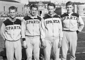 Spartas danske mestre 1953 i 4×100 m stafet på Østerbro Stadion. F. v. Jørgen Nielsen, Otto Rosenvard, Helmuth Duholm og Benny Schmidt. FOTO: FRA BENNY SCHMIDTS SCRAPBOG, FOTOGRAF UKENDT