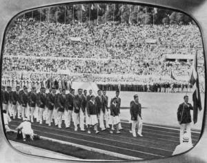 Det danske holds indmarch under åbningsceremonien ved OL 1960 i Rom. Forrest med dannebrog den tidligere HfS'er Benny Schmidt. FOTO: FRA BENNY SCHMIDTS SCRAPBOG, FOTOGRAF UKENDT