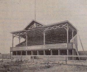 Tilskuertribune øverst og totalisator nederst HANSINE KIERS BILLEDE FRA BLADET CYCLEN DEN 30. JULI 1896