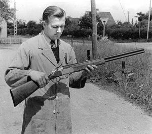 Uffe Schultz Larsen (1921-2005) med et haglgevær udenfor fabrikken i Otterup i 1945. FOTO: EDUARD CHRISTOFFERSEN 1945 / BOGEN OM SCHULTZ & LARSEN
