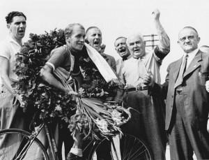 Chr. Pedersen (3) 1944 - hyldes efter sin DM sejr i Horsens af borgmester Juliussen m. fl.